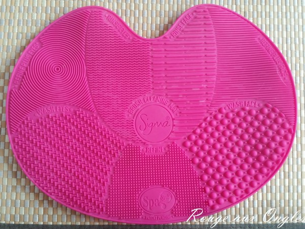 Sigma Spa Brush Cleaning Mat - Rouge aux Ongles