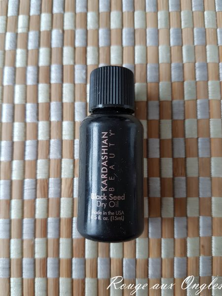 Le Black Seed Dry Oil de Kardashian Beauty - Rouge aux Ongles