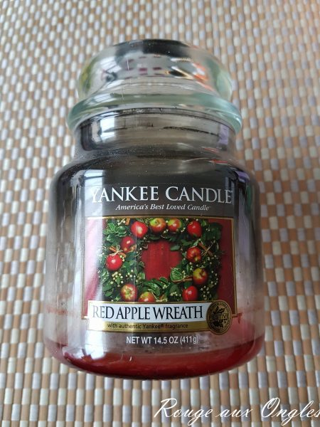 La Bougie Red Apple Wreath de Yankee Candle - Rouge aux Ongles