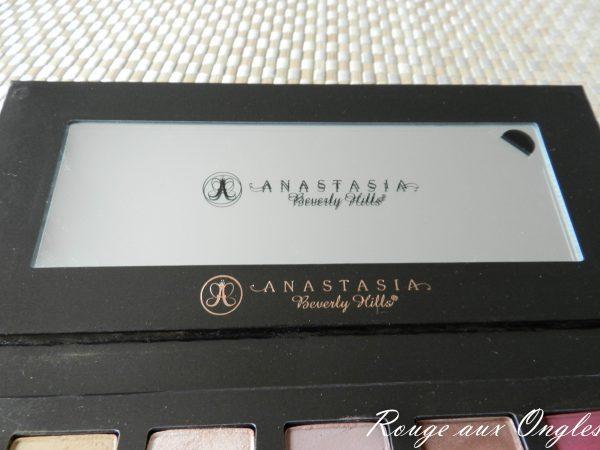 La palette Modern Renaissance d'Anastasia - Rouge aux ongles